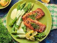 Рецепта Котлети от сьомга и аспержи на барбекю или грил тиган със сос Холандез